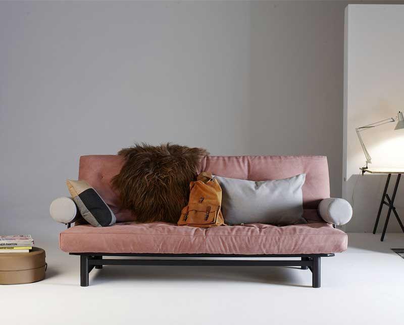 På dagen en soffa och på natten en extra säng Fuji en modern och smart bäddsoffa med armst