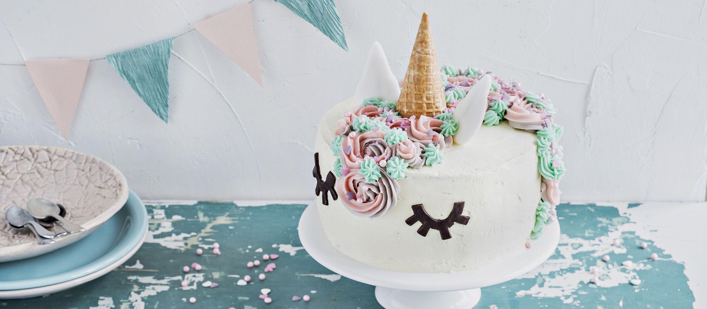 Upea yksisarviskakku eli unicorn-kakku sopii lastenjuhliin tai teemabileisiin. Sisältä löytyy herkullista suklaakakkua ja kolmea marjamoussea.