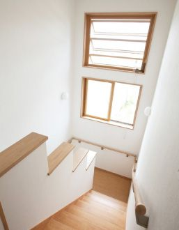 【リフォーム】畳1帖分の広々とした踊り場がある階段室。 風通し用の高窓からは、丹沢の雄大な眺めも楽しめます。 階段 【オーナーズレポートをホームページにて掲載中】