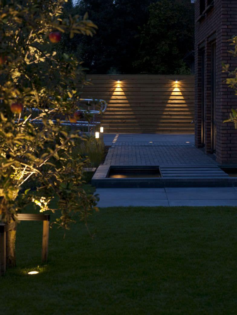 dei faretti led che illuminano il pavimento di un giardino