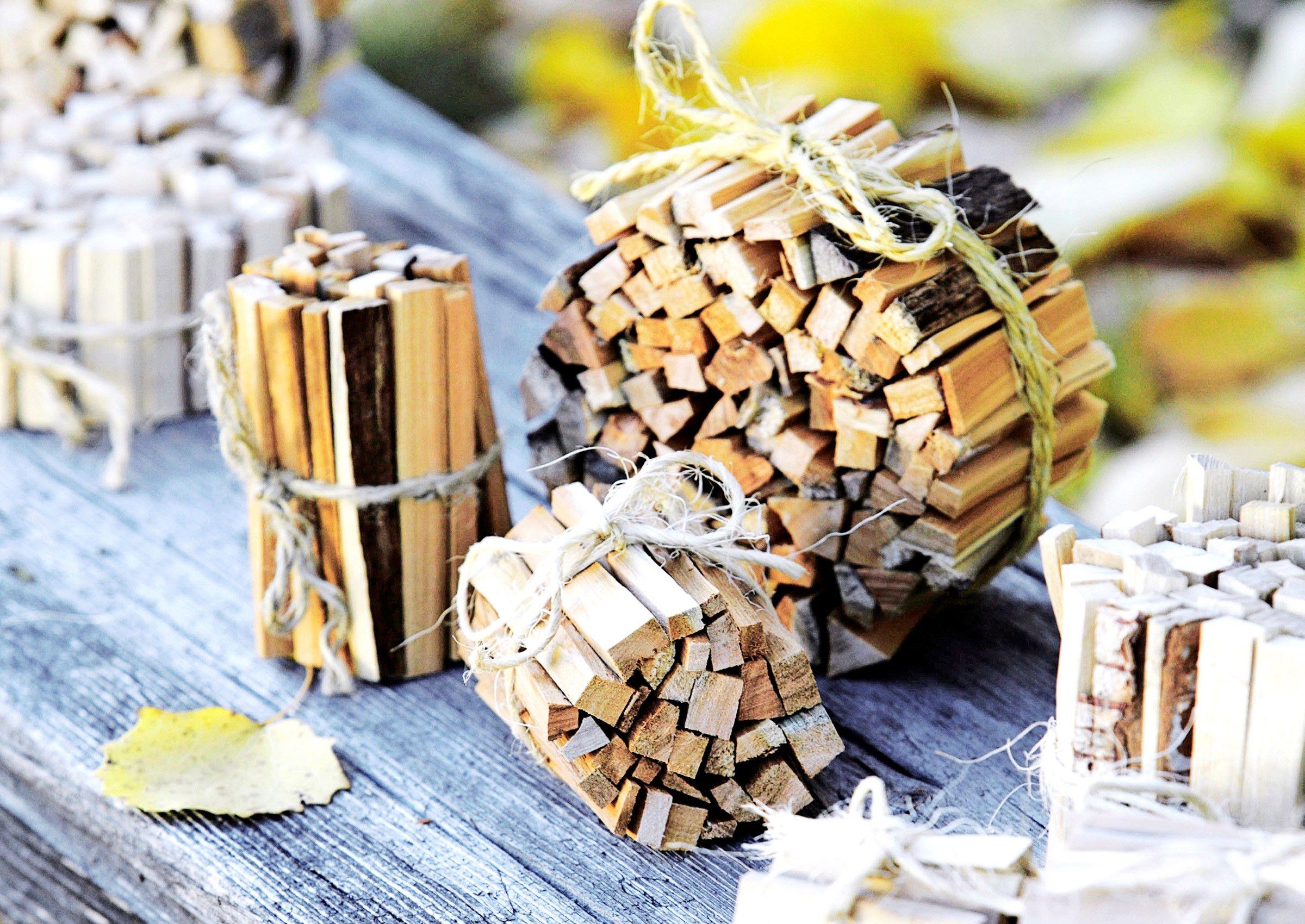 Sytykkeiden tekoon käy mikä tahansa puulaji. Yhdestä polttopuusta saa monta pientä sytykenippua. Katso Meidän Mökin ohjeet ja kokeile itse.