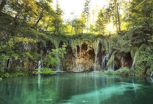 Grotte, fonti e prati fioriti