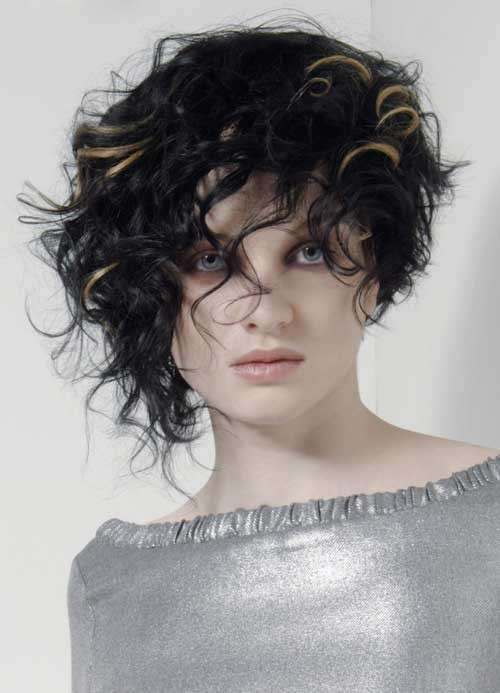 Tagli asimmetrici capelli ricci , Capelli corti con ricci neri asimmetrici
