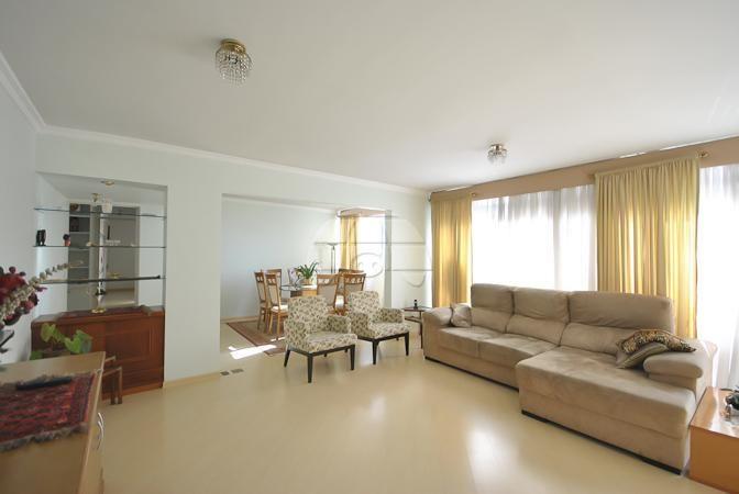 * Apartamento 04 dormitórios, 02 suítes. Com vaga de garagem para 02 carros. No coração do bairro Champagnat, em Curitiba/PR.