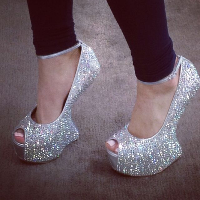 LOVE... but how the heck? Pretty sure I would be on my tush if I wore these..
