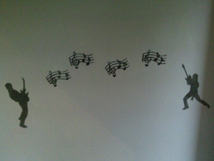 Maalaus eteisen seinässä