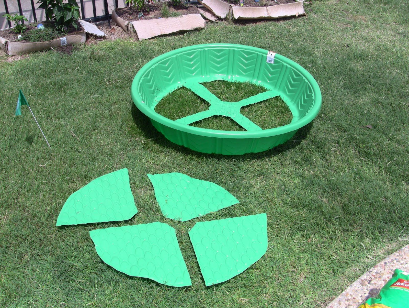 instant garden raised bed out of kiddie pool :) | gardening | garden