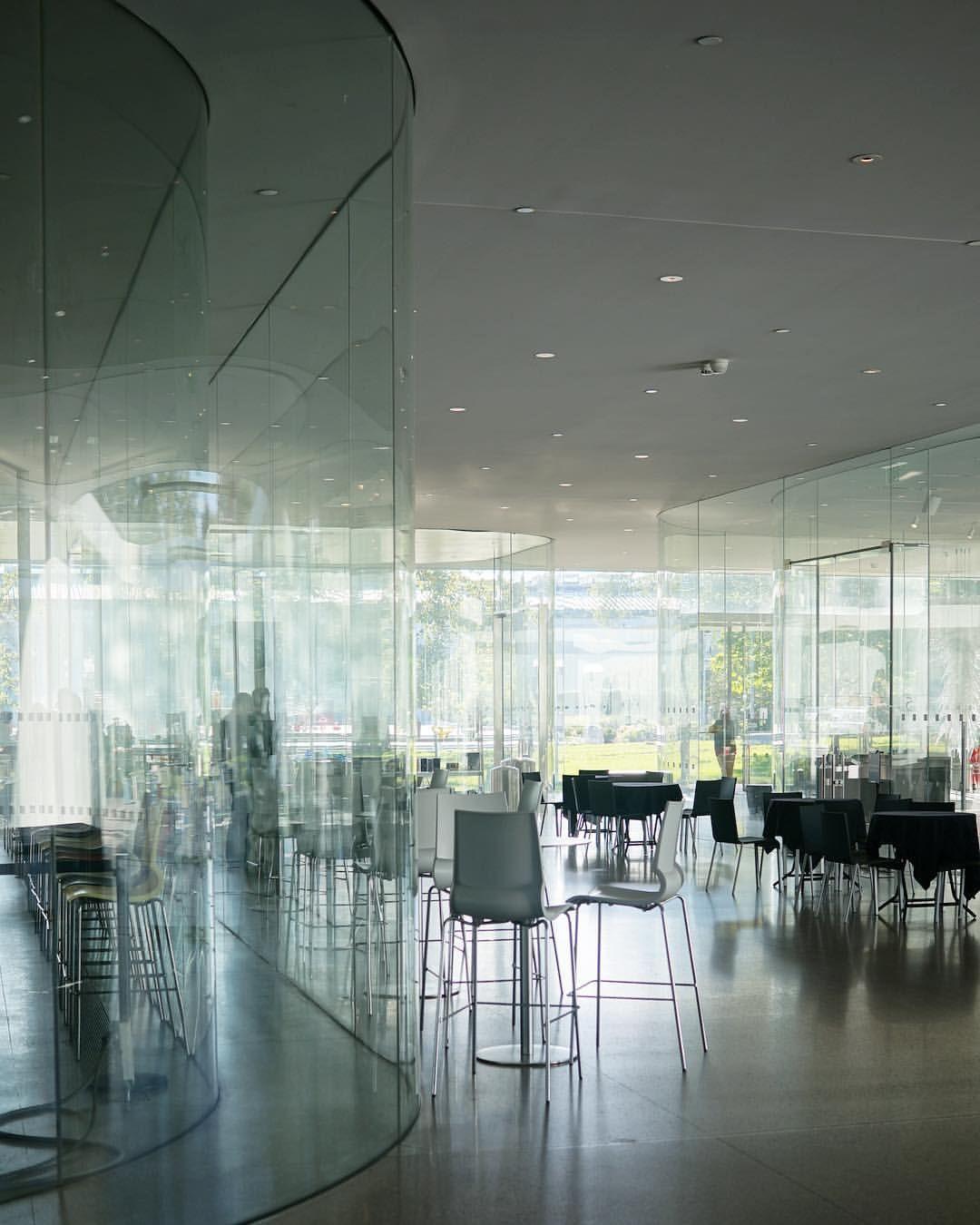 トレド美術館ガラスパビリオン 柱やマリオンみたいな構築的なブツがとにかく無くて ガラスをフワリ重ね着してるように見えるくらい軽い システム的にはエアフローで ぜんぶ2重なので相当なガラスの物量 で 曲面がたくさん重なって すごく複雑な反射や透明度の変化