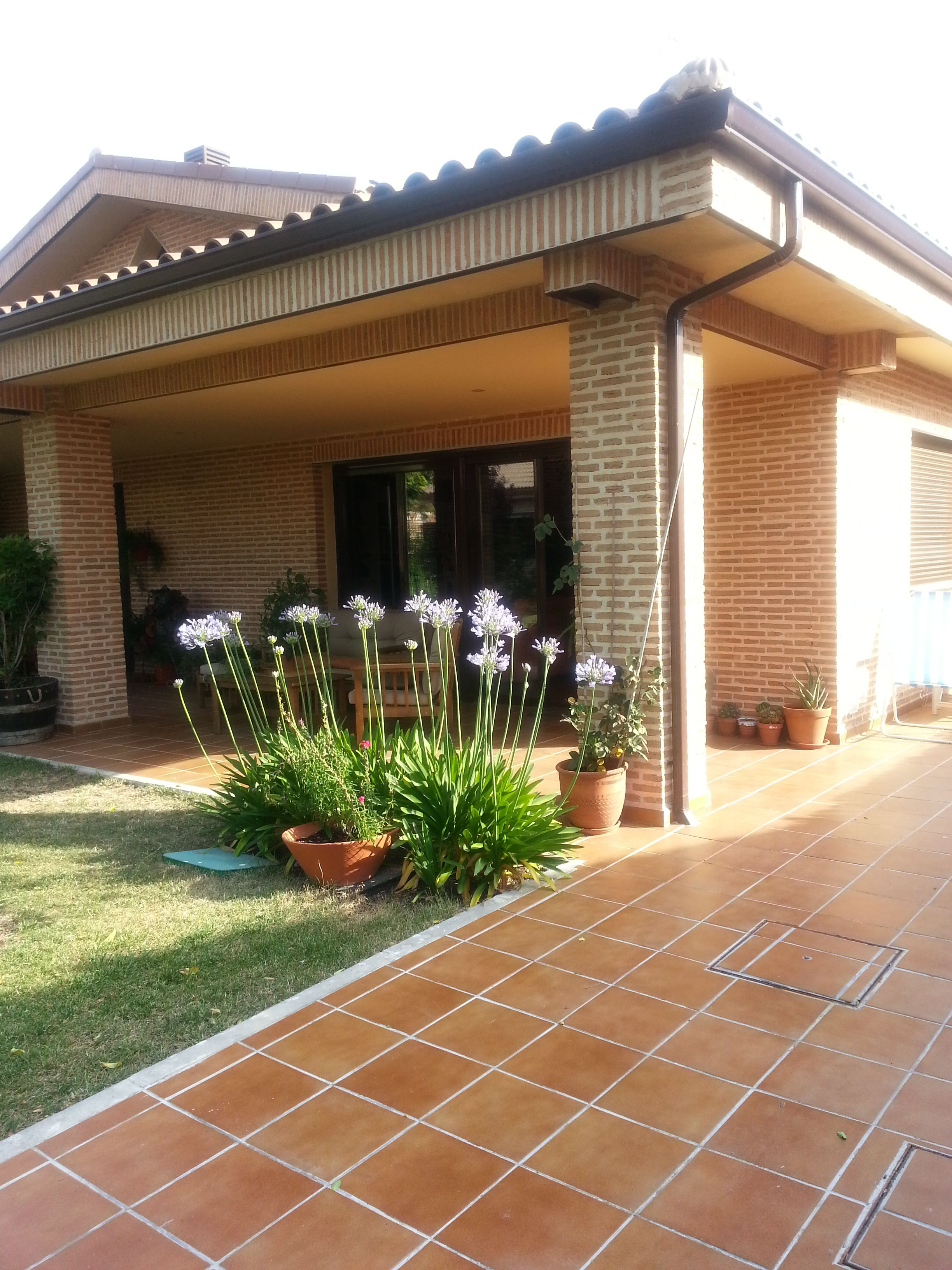 Ideas de paisajismo de jardin porche estilo for Paisajismo patios