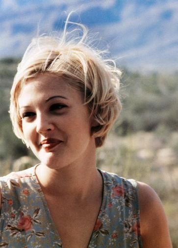 Drew Barrymore Portrays The Role Of Holly Pulchik In The Film Boys On The Side H Gynaikopare Drew Barrymore Hair Short Hair Styles Drew Barrymore 90s