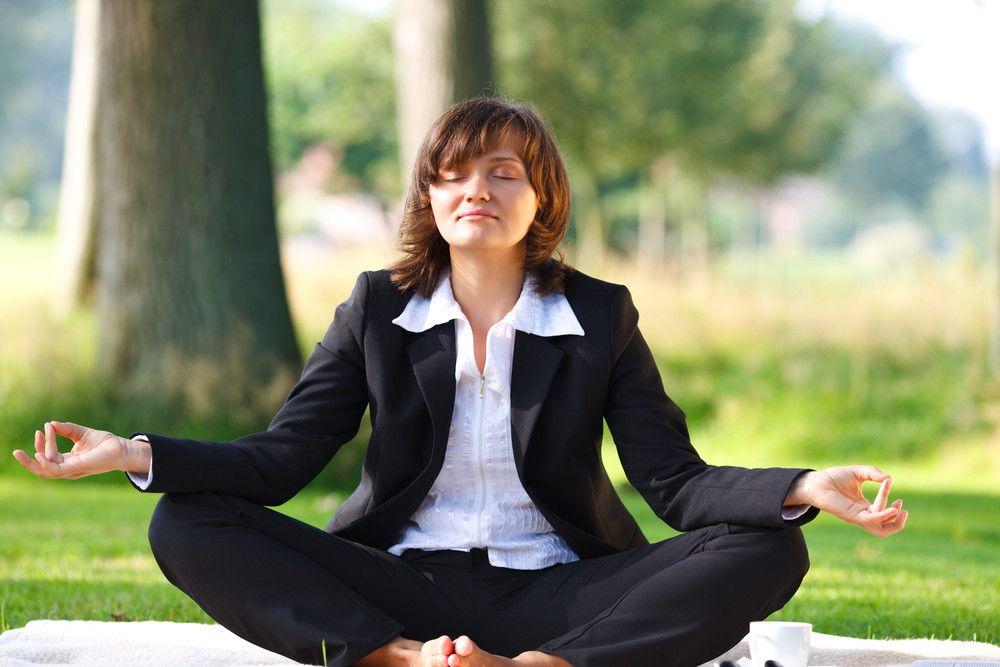 Schnelle Tipps, wie Sie den #Stress_am_Arbeitsplatz  loswerden Wie fühlt sich bei Ihnen Arbeitsstress an? Ist er wie eine tonnenschwere Kette, die Sie an Ihren Bürostuhl fesselt? Oder ist er vergleichbar mit einer Handvoll Espressobohnen, die in Ihrer Brust auf und ab hüpfen? Schwitzen Sie eimerweise Eiswasser? Gibt es Tränen? Puh, das klingt ziemlich nach Stress. #stress #stressprävention #burnout #burnoutprävention #stressmanagement #stress_relief_tipps #business_doctors