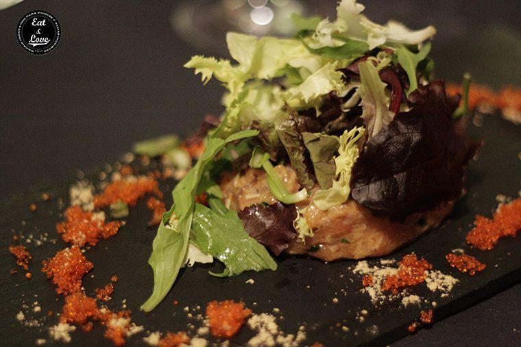 Tartar de salmón con caviar de pez volador y de aceite de oliva en Charlie Champagne restaurante neotaberna Madrid