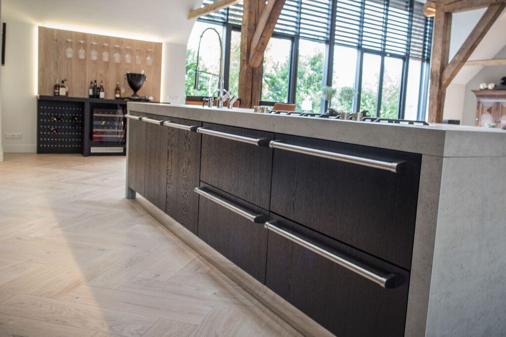 Moderne Zwarte Keuken : Moderne zwarte keuken met beton #maatwerk #keuken #kitchen #black
