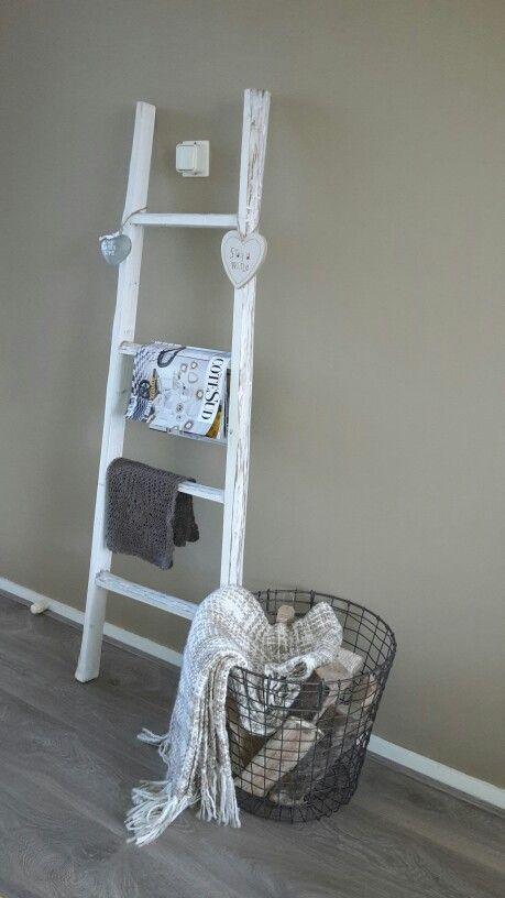 Ladder Met Metalen Mand Als Decoratie In Huis Mand Decoratie Decoratie Metalen Manden