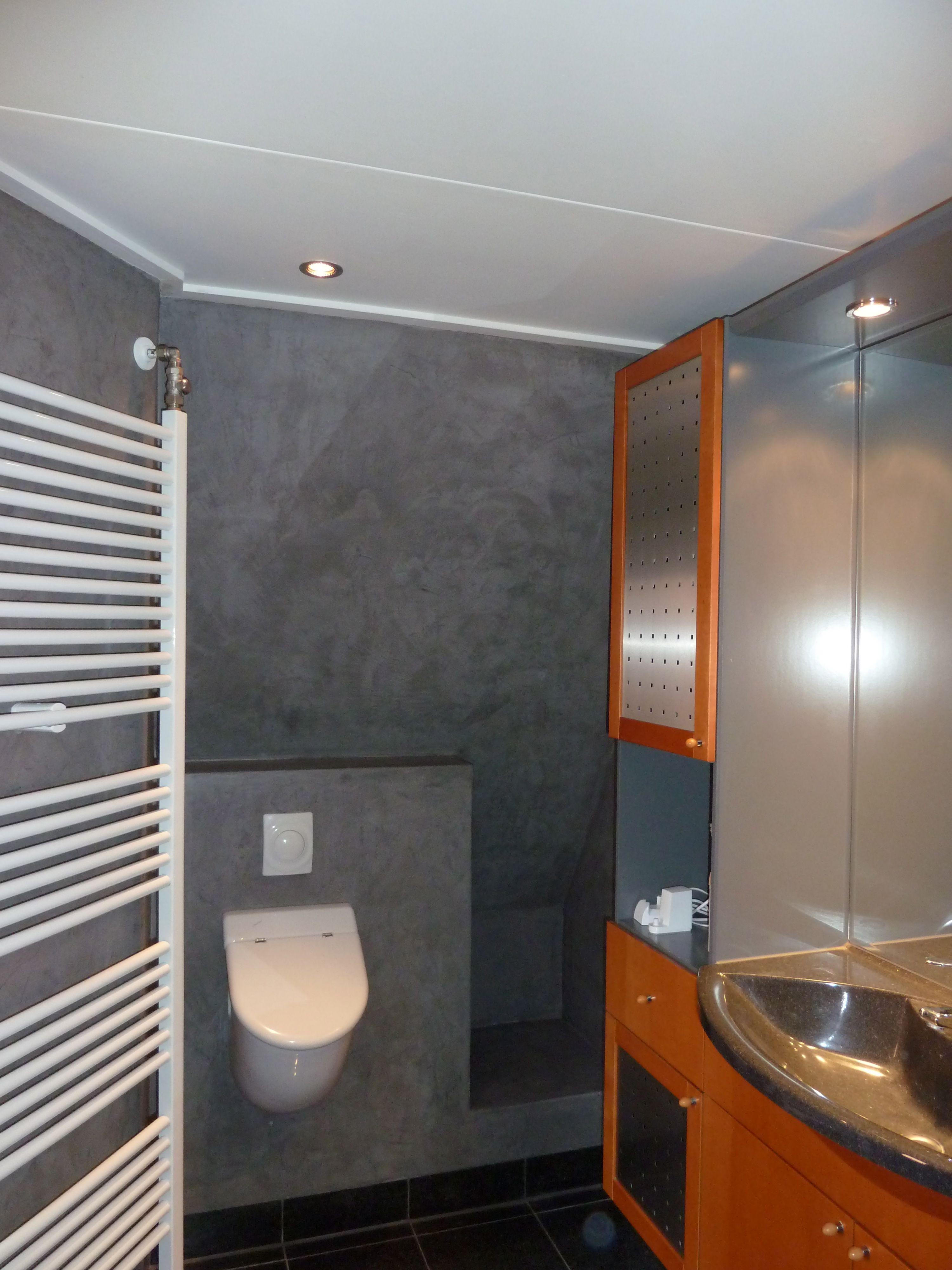 Badkamer afwerking met microcement direct over tegels slecht betegeld erg ongelijk zie ook - Badkamer betegeld ...