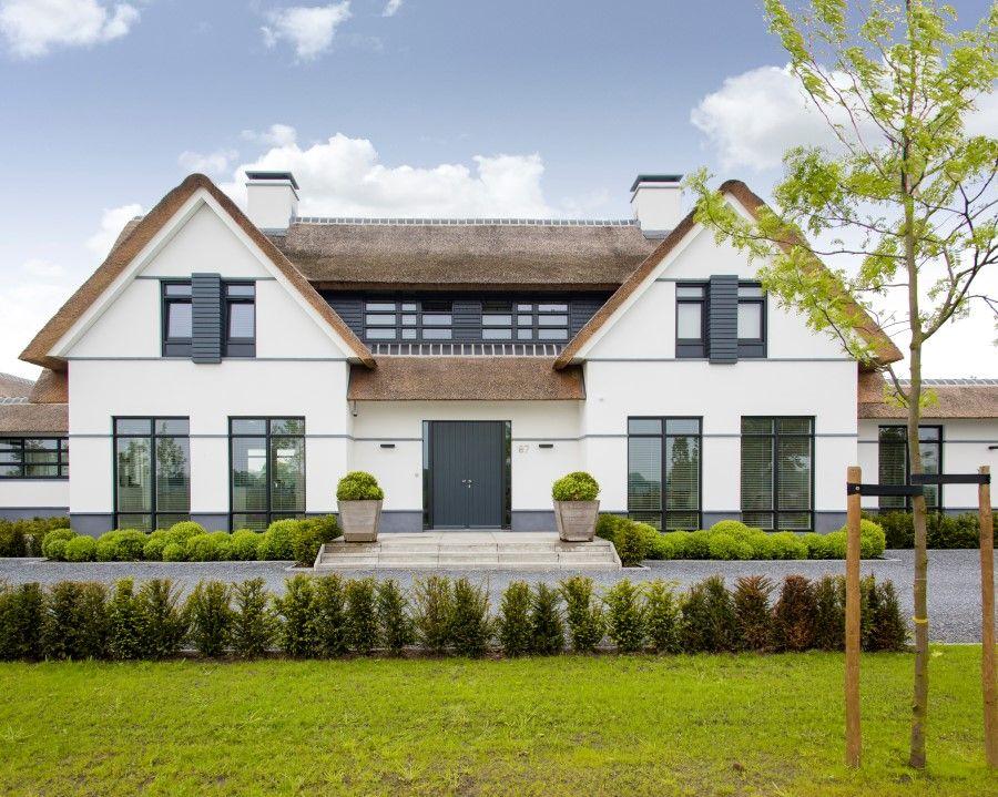 Mooi de grijze lijnen op de gevel die doorlopen in for Huizen architectuur