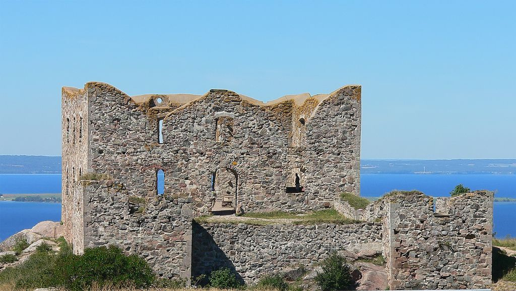 Ruin of Brahehus with the lake Vättern in the background.