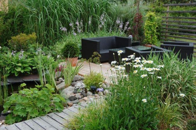 gartengestaltungsideen stauden kleiner teich steine sitzmöbel, Gartenarbeit ideen