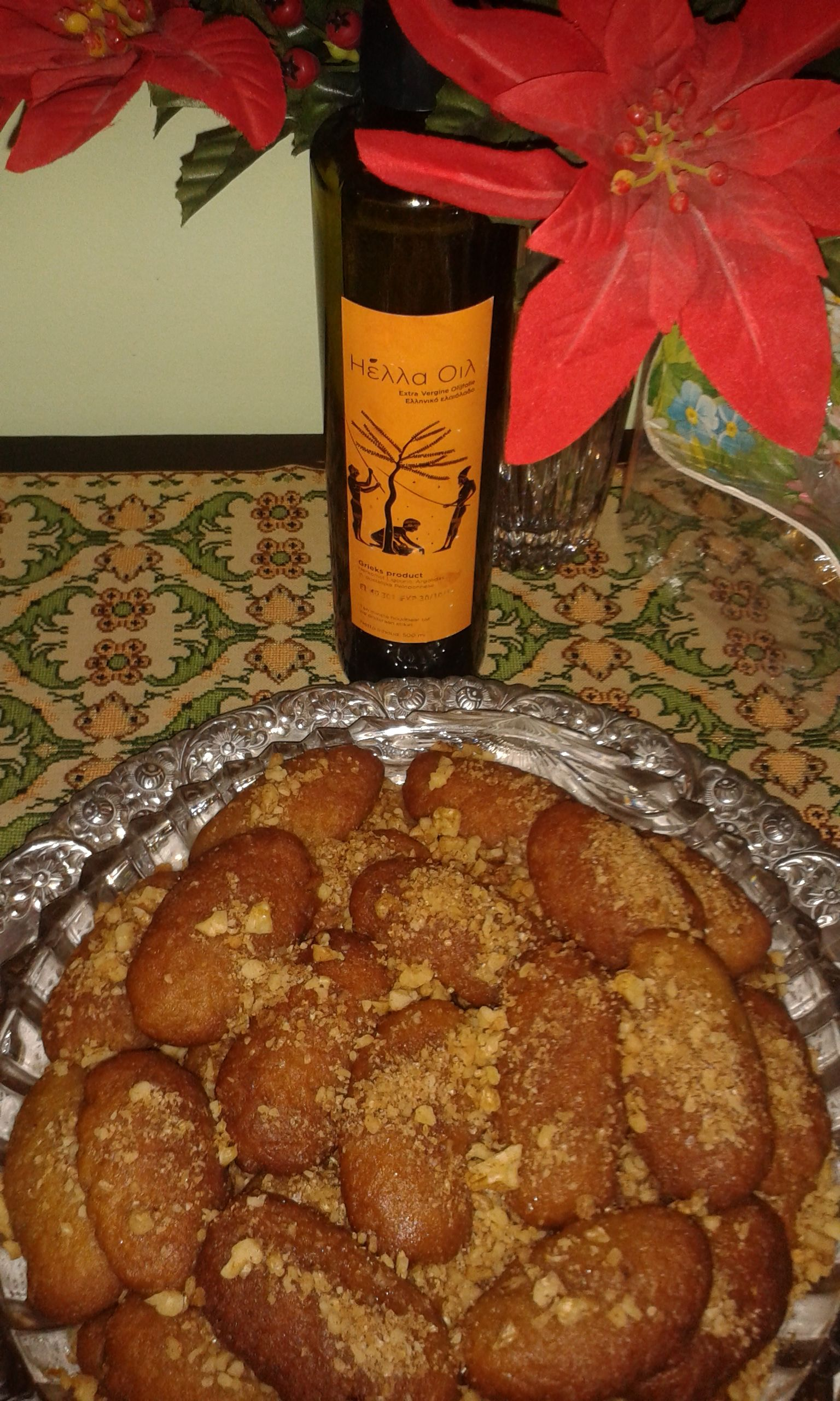 Melomakarona: Greek Christmas cookies made with olive oil, semolina, honey sirop and a sprinkle of walnuts!