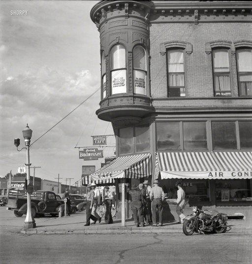 Johnny's Cafe: 1942