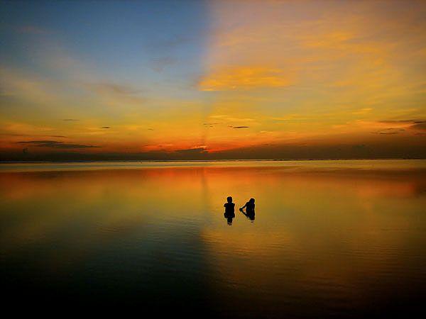 A foto do americano Kevin Ummel mostra dois jovens flertando no mar em Bali, na Indonésia. Ela foi a segunda colocada na categoria Primeira Foto, que incentiva fotógrafos iniciantes.