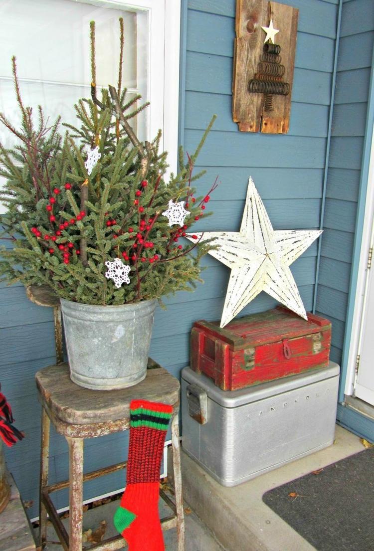 Vintage Weihnachtsdeko Aus Naturlichen Materialien Vor Der Haustur