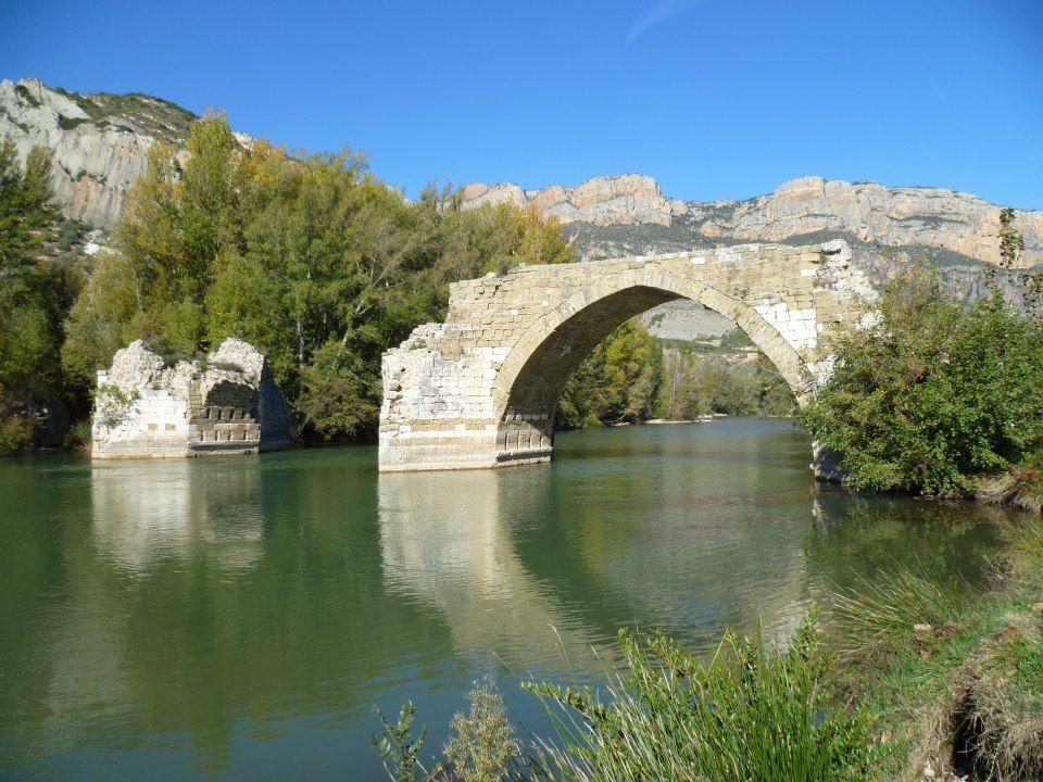 Camarasa es un municipio de la comarca catalana de la Noguera en Lérida, cuenta con un importante pantano, los restos de un castillo y de un puente románico.  #historia #turismo  http://goo.gl/2hKtGx