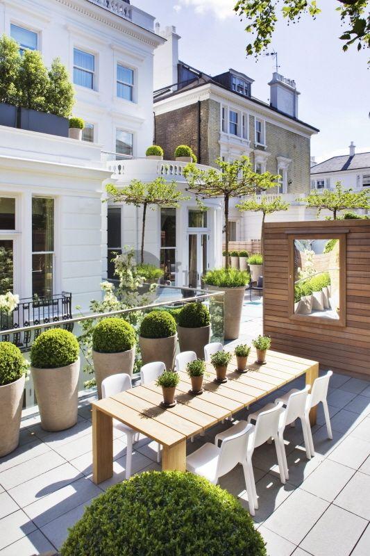 terrasse jardin contemporain sur toit d 39 immeuble miroir alignement de pot e buxus. Black Bedroom Furniture Sets. Home Design Ideas