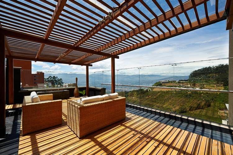 Windschutz aus Glas für große Terrasse mit schönem Ausblick - holz pergola garten moderne beispiele