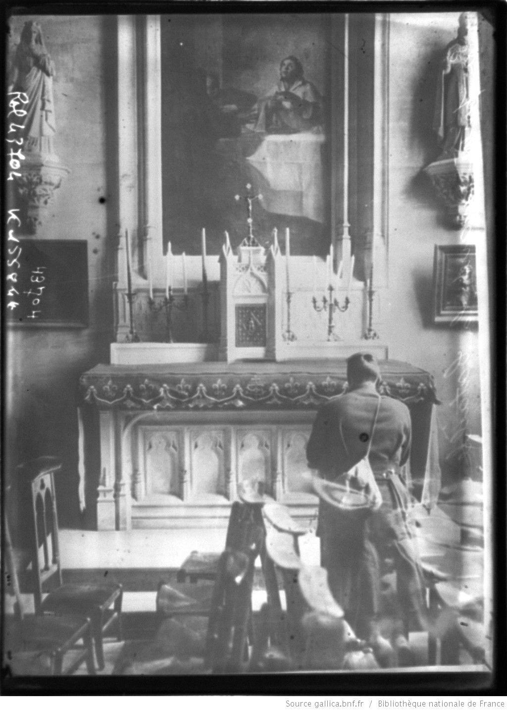 La prière avant la bataille [soldat agenouillé devant un autel] : [photographie de presse] / [Agence Rol]