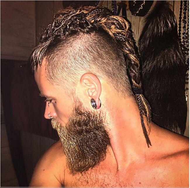 Nel mondo della moda maschile, le trecce ai capelli stanno diventando  sempre più popolari. La barba curata e ordinata viene accompagnata da stili  sempre pi