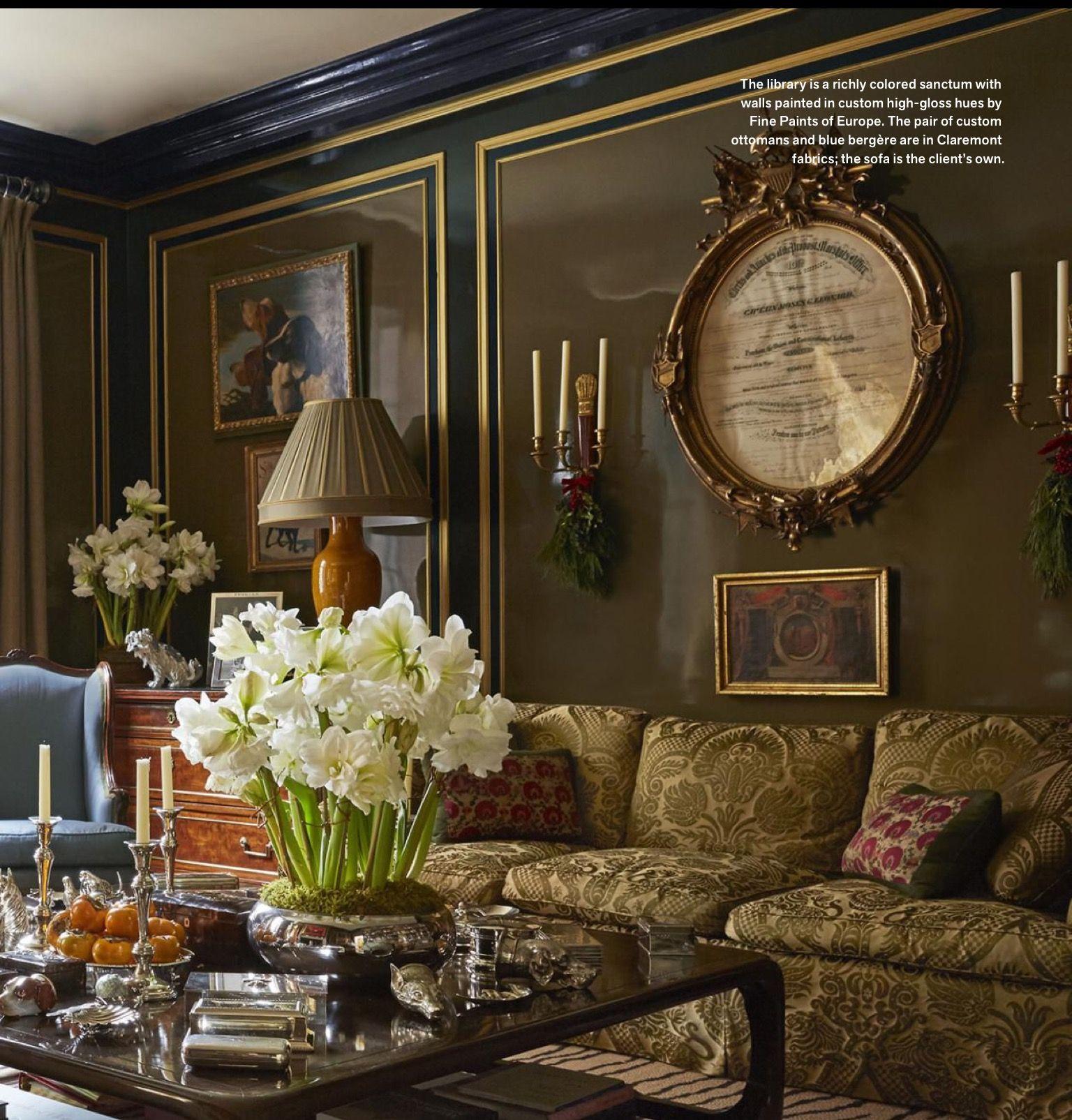 Handsome dark traditional living room decoraci n for Decoracion de casas victorianas