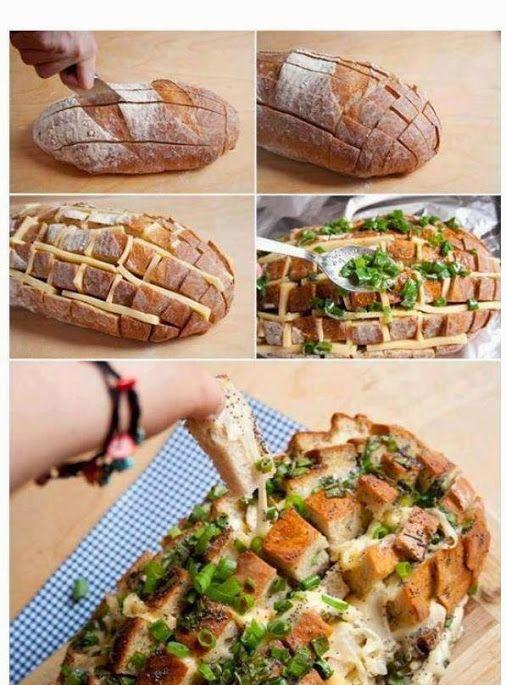 Aus einem Brotlaib, Käsescheiben und Kräuter-Öl-Mischung ein leckeres warmes Käsebrot machen.