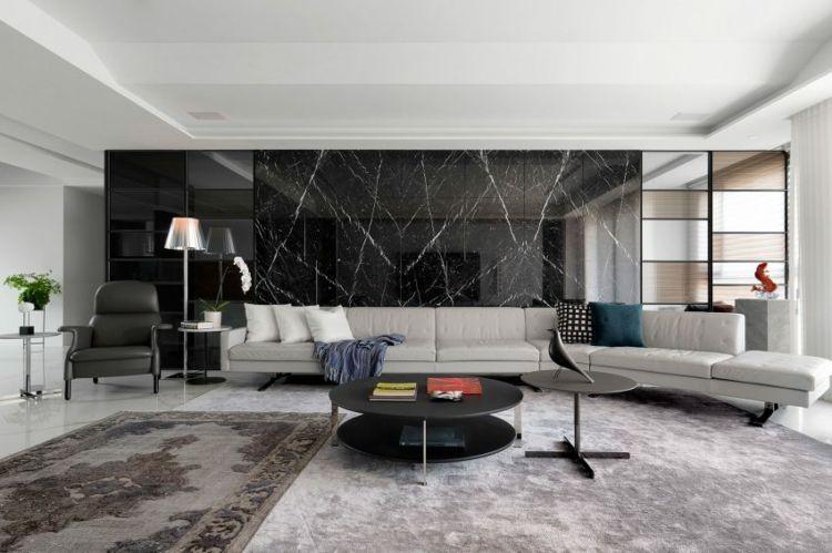 Wohnzimmer Boden ~ Wohnzimmer mit grochem couch und schwarzen marmorfliesen an der
