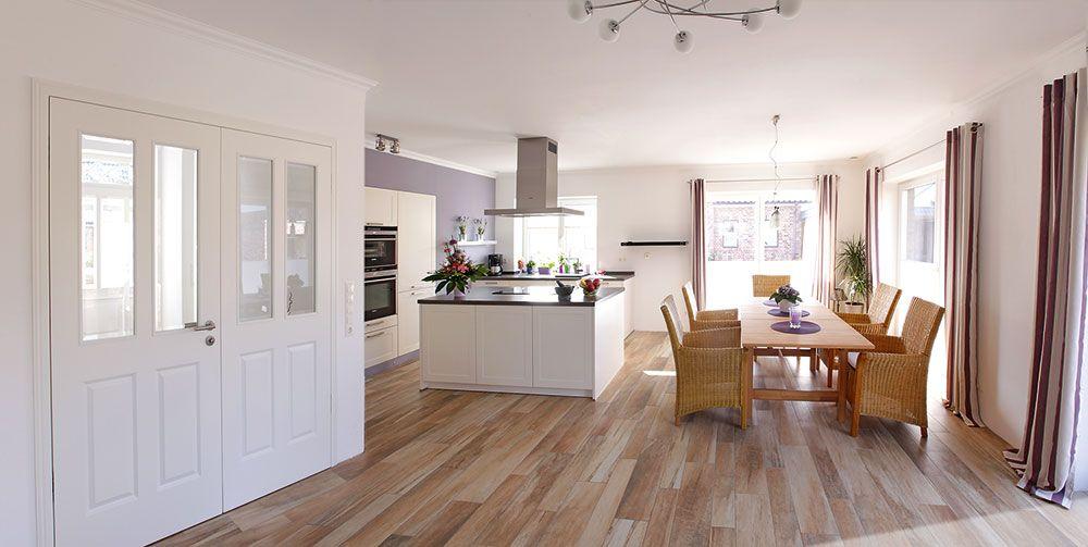 Diese #küche hat eine Kochinsel und in die Wand integrierte ...