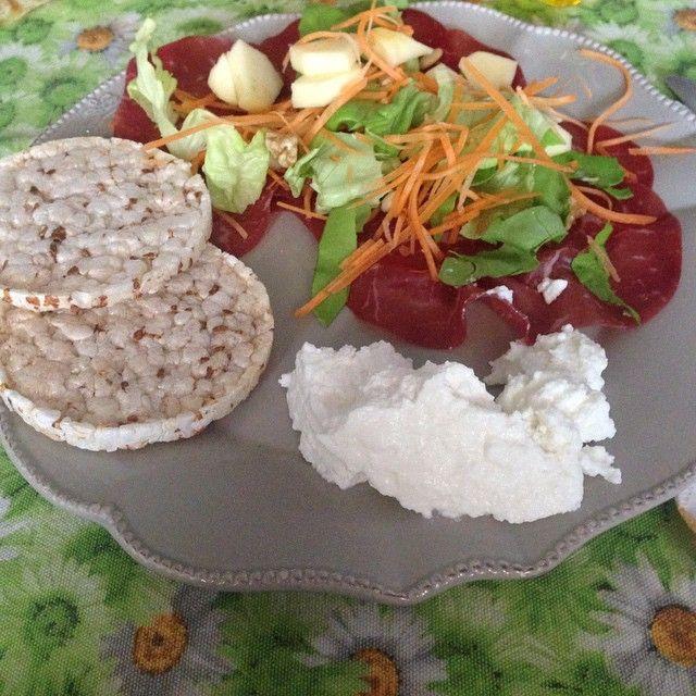 #pranzo con #bresaola #ricotta 3 #gallette di #riso e #insalata con #carote #mela e #noci. A # ...