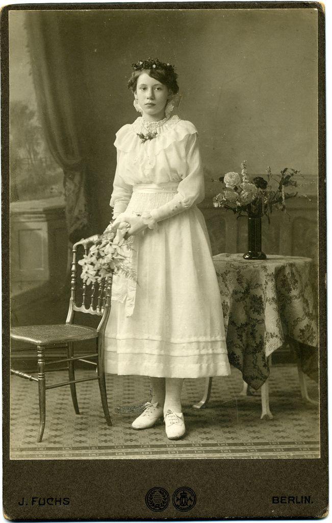 Jovem moça, vestida de branco, cor da pureza.