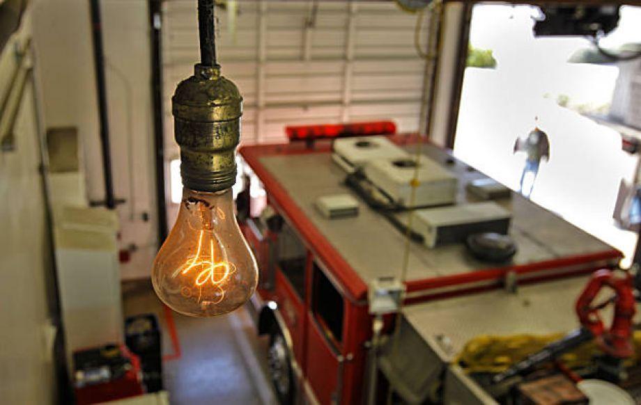 Livermore S Mysterious Lightbulb Burns 110 Years Bulbes Trepan Et Ampoule