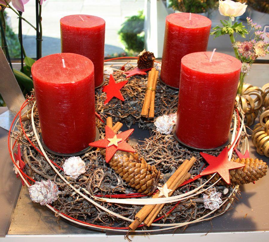 Adventskranz In Rot Mit Dicken Kerzen Zapfen Zimt Und Roten