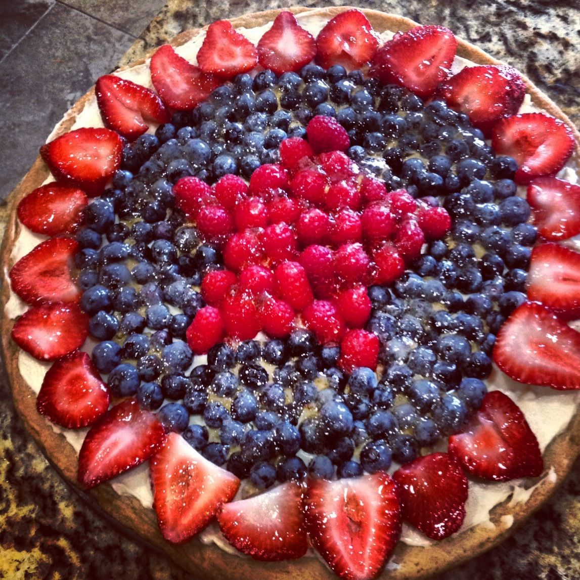 Fourth of July fruit pizza! So simple and yummy! #holidayfood #america #fruitpizza