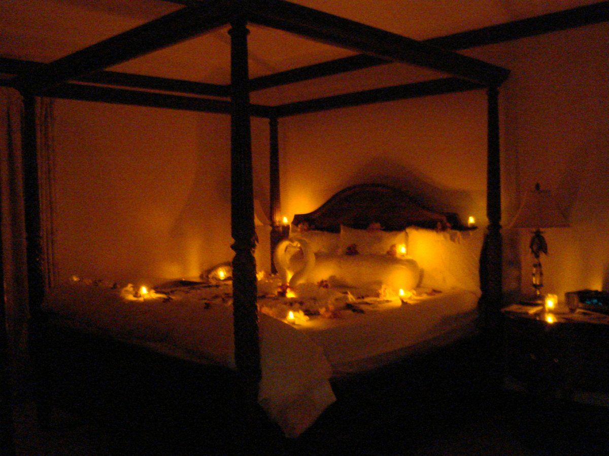 Romantic Candle Lighting By Bed Warm And Romantic Honeymoon Bed - Candles for bathroom