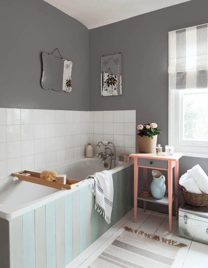 Une salle de bains aux murs gris et au parquet repeint en blanc pour ...