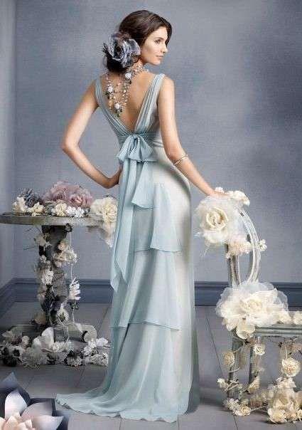 Sonar con vestido de novia color gris