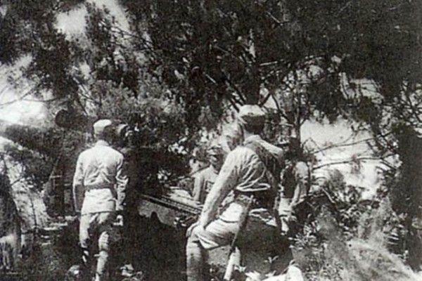 淞滬戰役,中國方面投入了大量兵力,支持達三個月之久,粉碎日軍「三月亡華」的狂言,圖為國軍重砲隊在上海前線作戰 。(網絡圖片)