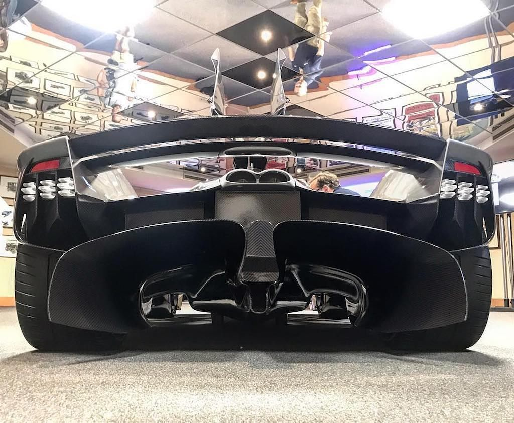 First Rear Shot Of The Production Model Of The Aston Martin Valkyrie Thanks To Bogdancapusan More On Our Fb P Aston Martin Aston Martin Sports Car Super Cars