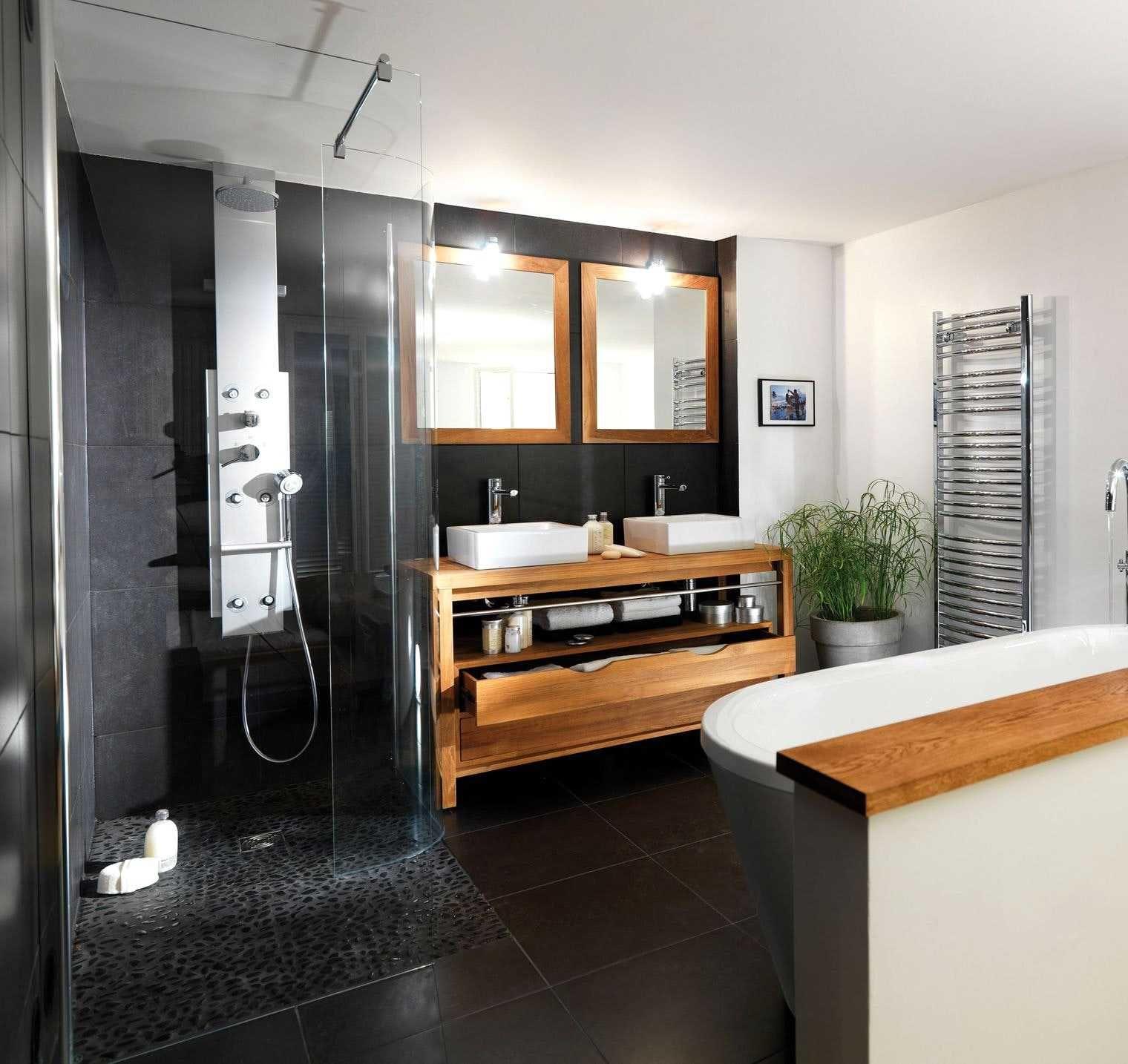 salle de bain noir blanc bois avec les