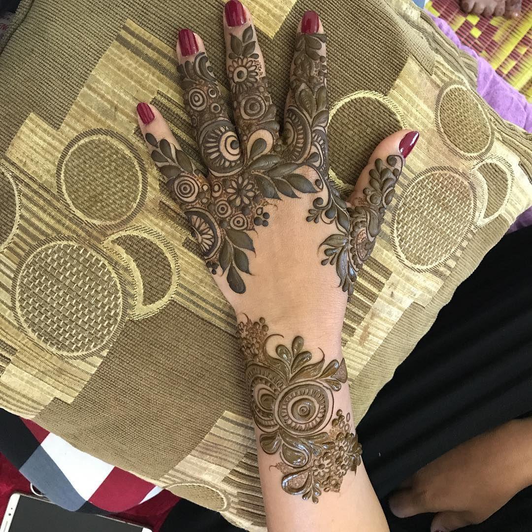 445 Likes 10 Comments سلطنة عمان X2f بركاء X2f مريصي الجديده Malak Al Koon1994 On Instagram نقش رسم ملاك Hand Henna Henna Artist Henna Hand Tattoo