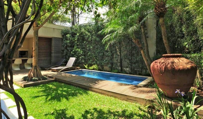 Jardin rustico con piscina y camino de madera salacomdor for Camino de piedras para jardin