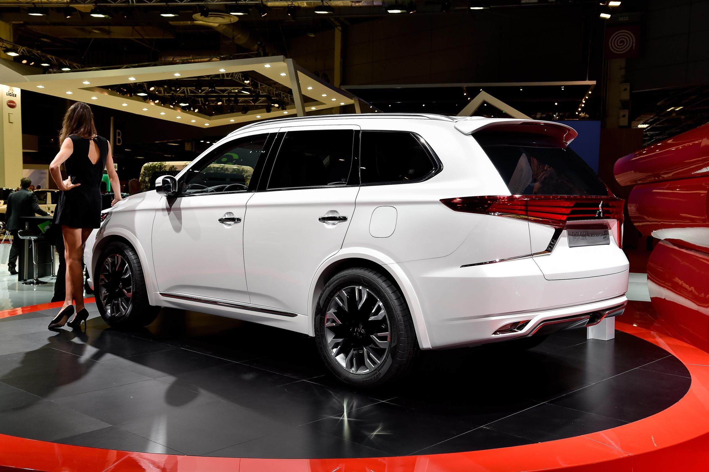 2016 mitsubishi outlander facelift spied ahead of new york auto show debut photo gallery