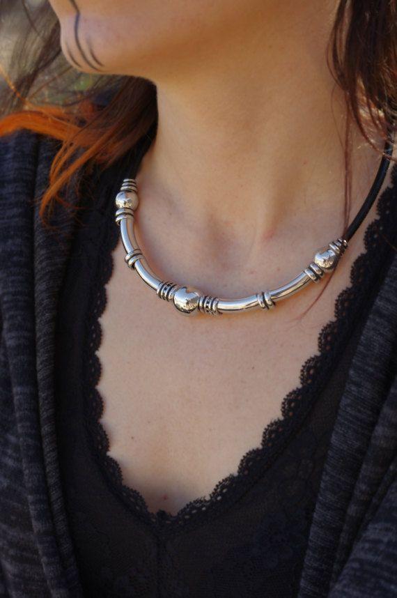 Mira este artículo en mi tienda de Etsy: https://www.etsy.com/es/listing/512837321/collar-cuero-mujer-plata-cuero-collar